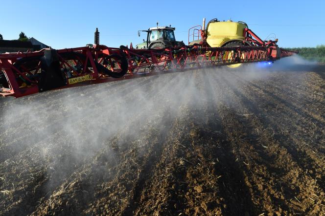Epandange de pesticide dans le nord-ouest de la France, en mai 2018.