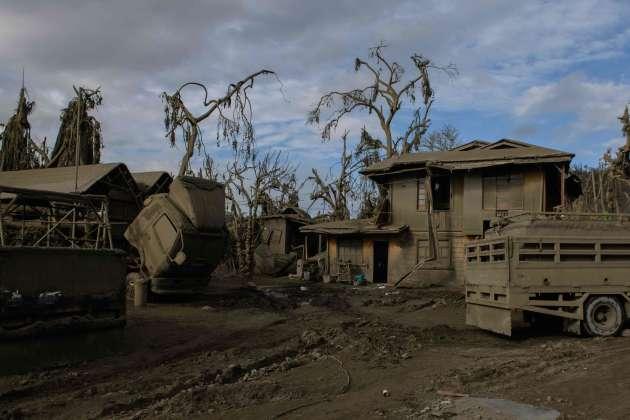 Le paysage est couvert de cendres, projetées au moment de l'éruption.