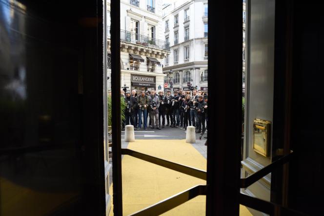 Photographes et journalistes devant le restaurant Drouant (Paris 2e), peu avant l'annonce des prix Goncourt et Renaudot, en novembre 2017