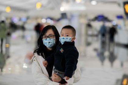 Une femme et un enfant à l'aéroport international de Pékin, le 21 janvier.