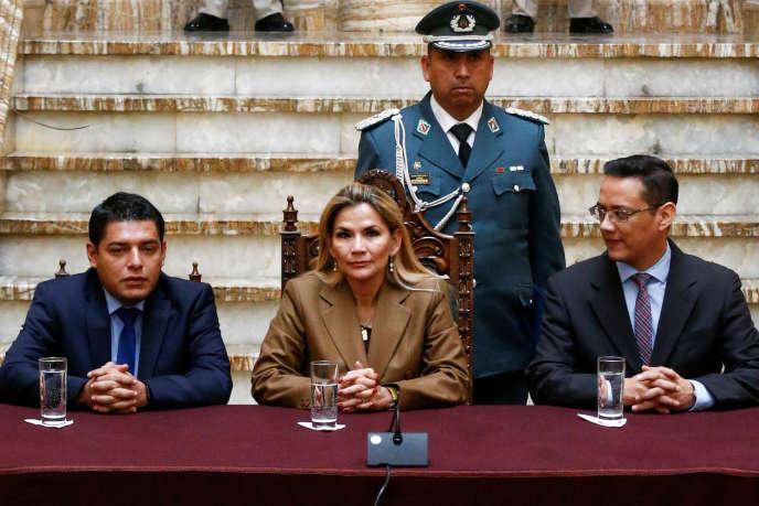 La présidente par intérim bolivienne, Jeanine Añez, son ministre de la justice, Alvaro Coimbra, et le vice-ministre Hubert Vargas au palais présidentiel de La Paz, le 21 janvier.