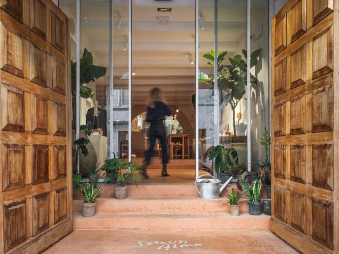 Une porte en acajou dissimule l'entrée de la vaste boutique Sessùn Alma.
