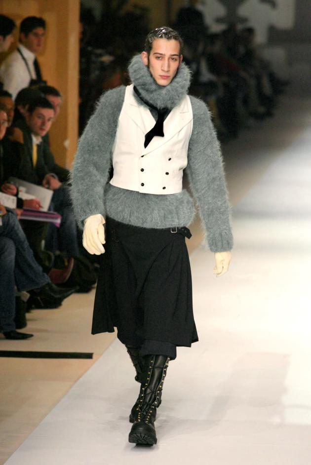 La jupe pour homme, lancée en 1984, devient un classique du vestiaire Gaultier ; ici la collection automne-hiver 2003-2004.