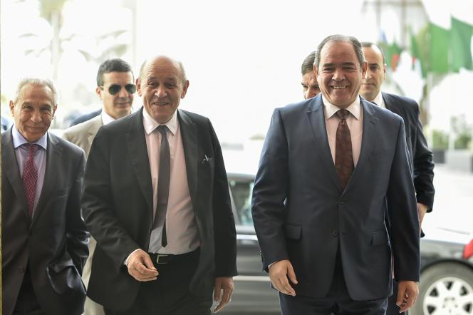 Le chef de la diplomatie française, Jean-Yves Le Drian, accueilli à Alger par son homologue algérien, Sabri Boukadoum, le 21 janvier 2020.