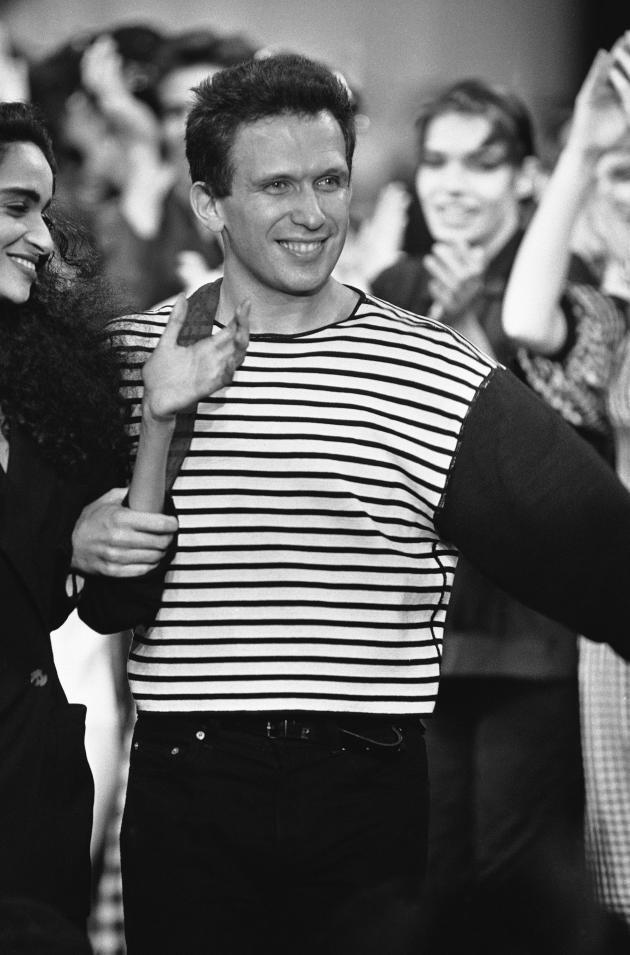 En 1984, Jean Paul Gaultier présente sa collection printemps-été et sa célèbre marinière.