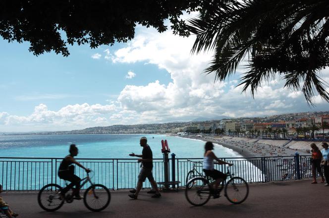 Vue sur la plage et la promenade des Anglais, à Nice.