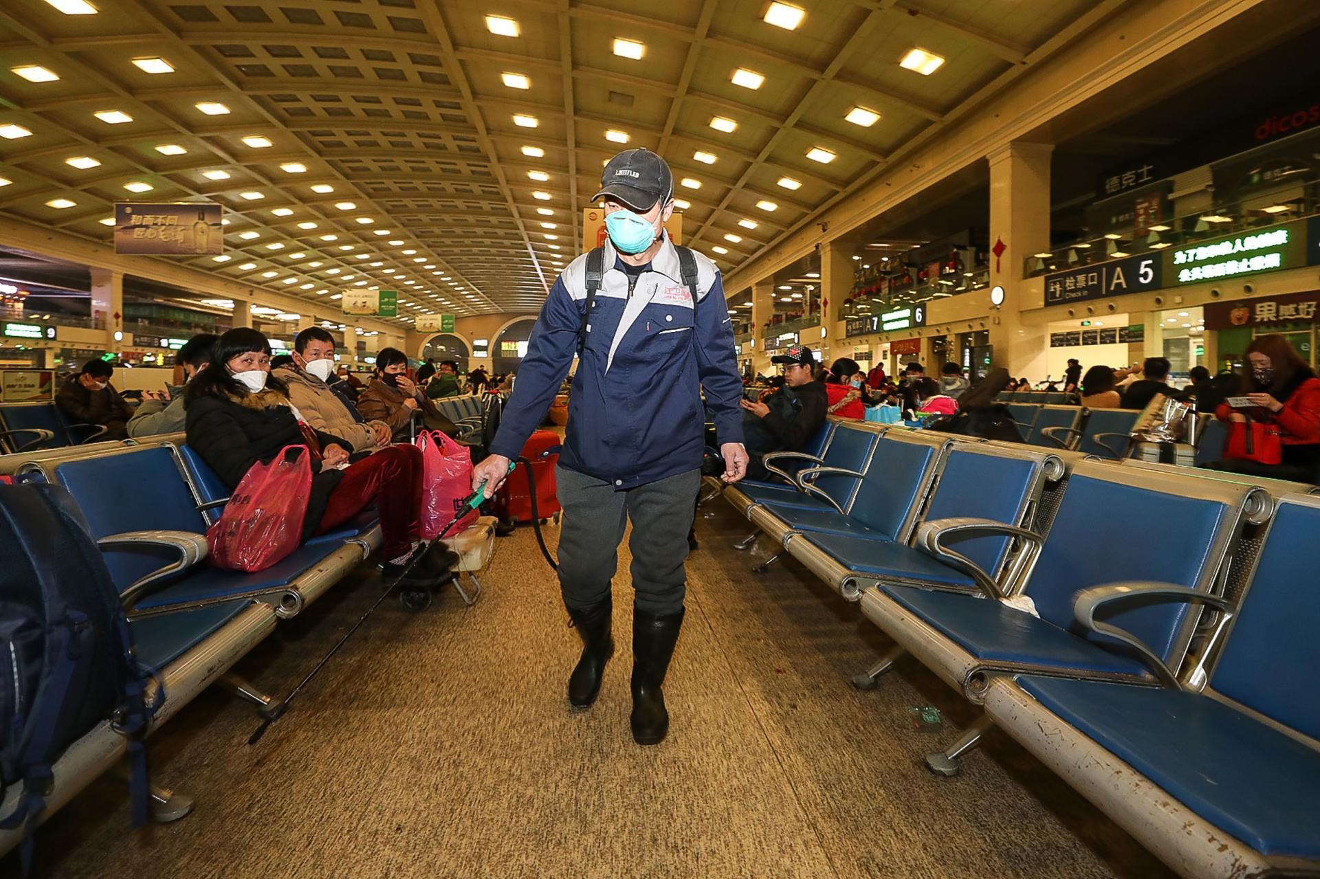 Un employé de la gare de Hankou à Wuhan désinfecte les lieux, le 22 janvier.