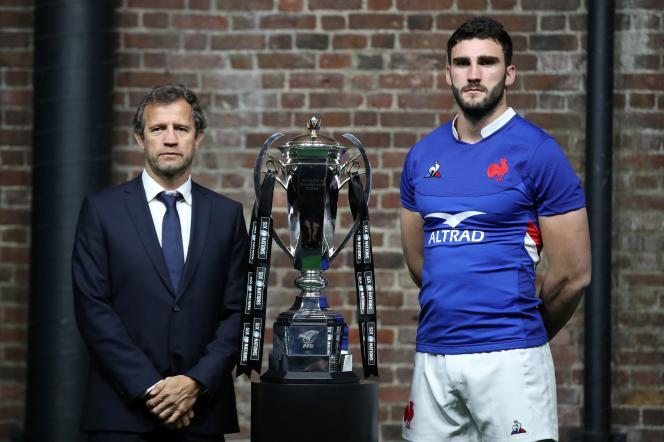 Deux hommes et un trophée : Fabien Galthié et son capitaine Charles Ollivon posent avec la coupe des six nations, à Londre, le 22 janvier.