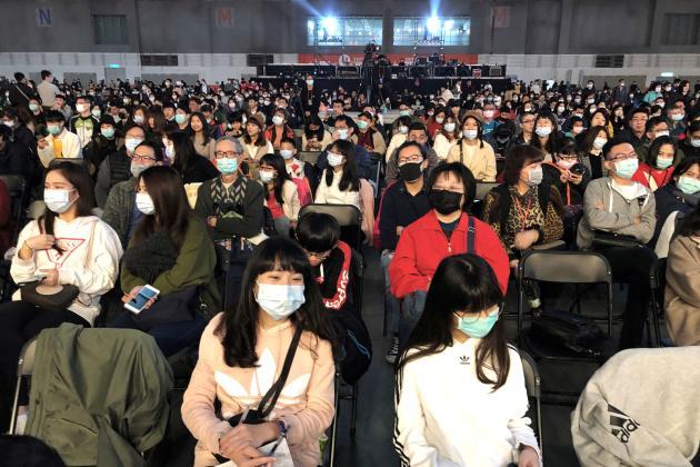 Taïpeh (Taïwan), le 22 janvier. Pour le gala de fin d'année lunaire, les employés de Foxconn (l'entrepise qui fabrique notamment les iPhone) ont porté des masques.