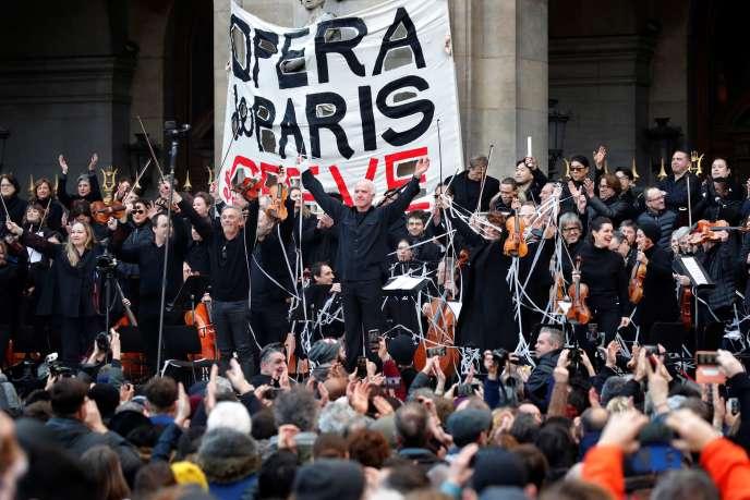 Le chef d'orchestre Michel Dietlin et les membres de l'Opéra de Paris lors d'un concert improvisé contre les retraites, à Paris le 18 janvier.