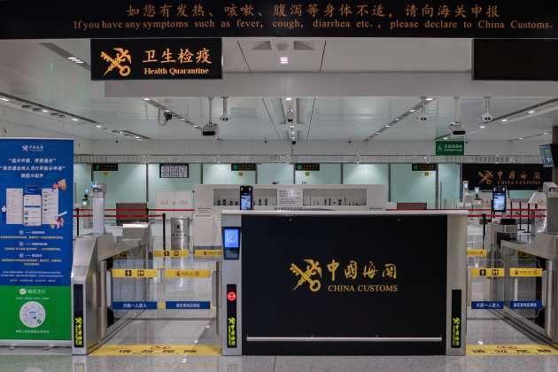 Le 21 Janvier, à l'aéroport international de Daxing. Les conseils de prévention sanitaire à la suite de l'apparition du coronavirus. L'épicentre de l'épidémie est Wuhan, ville de 11 millions d'habitants, capitale de la province de Hubei. Wuhan est un hub aéroportuaire important, avec une soixantaine de lignes aériennes internationales, comprenant des vols directs pour l'Europe.