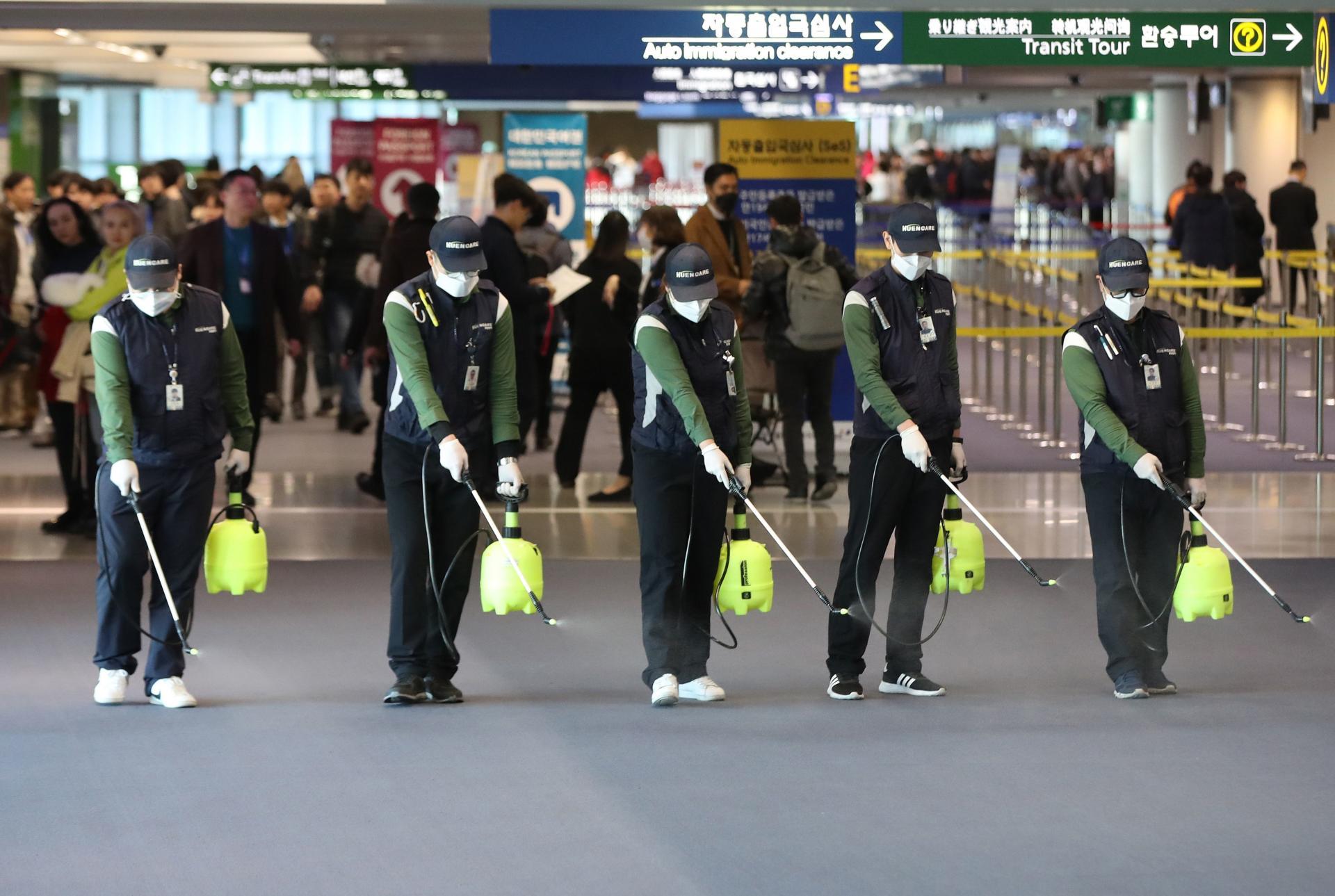 Des employés de l'aéroport de Inchean (Corée du Sud) désinfectent les locaux de la douane, de l'immigration et de la quarantaine.