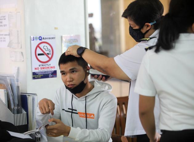 A Manille (Philippines). Un passager venant de Chine est contrôlé par le service de la quarantaine, le 22 janvier.