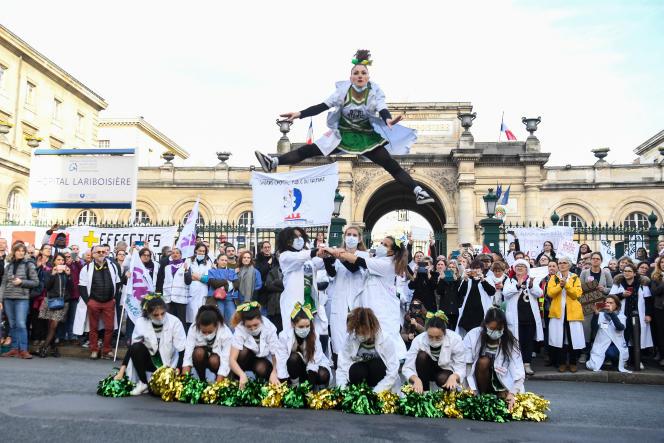 Des étudiants en médecine dansent pour dénoncer la situation de l'hôpital public, lors de la journée de mobilisation contre la réforme des retraites, devant Lariboisière, à Paris, le 17 décembre.