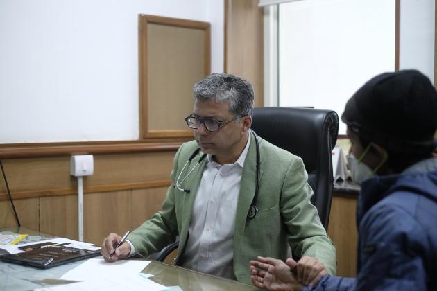 Le docteur Atul Gogia, à l'hôpital Ganga Ram de Delhi, le 3 décembre 2019.