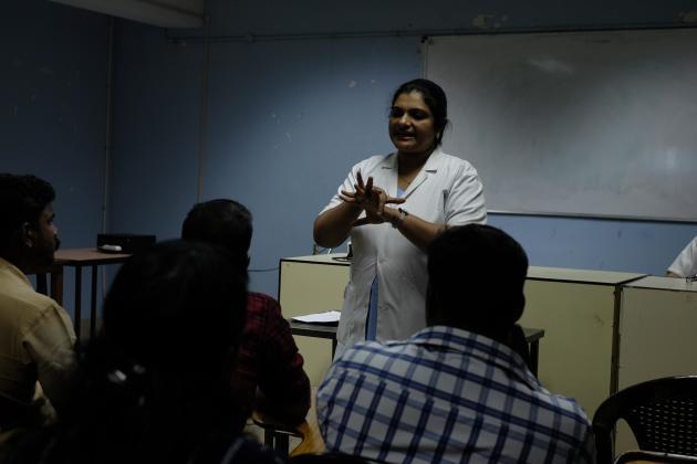 Formation du personnel aux règles d'hygiène dans un hôpital de Kochi, le 25 novembre 2019.