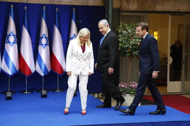 Le premier ministre isréalien, Benyamin Nétanyahou, et son épouse Sarah, aux côtés du président français, Emmanuel Macron, en visite officielle en Israël, le 22 janvier.