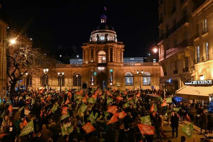 Des manifestants contre l'extension de la PMA rassemblés devant le Sénat à Paris, mardi 21 janvier 2020.