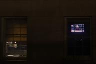 Une télévision retransmet les débats devant le Sénat, dans un bureau de Capitol Hill, le 21 janvier.