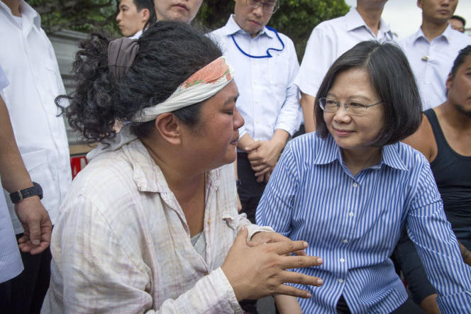 La chanteuse Panai Kusui (à gauche) avec la présidente taïwanaise, Tsai Ing-wen, le 3 août 2016 à Taipei.