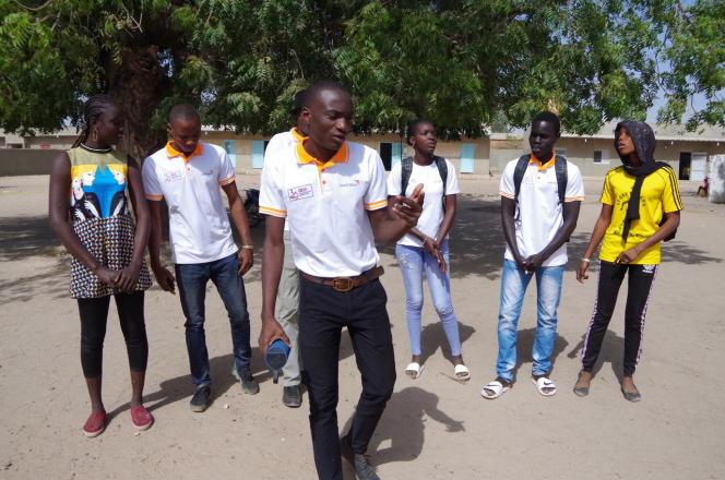 Fallou Fall, 19 ans (au premier plan), et les jeunes membres du club des pairs éducateurs de Mabo, en janvier 2020.