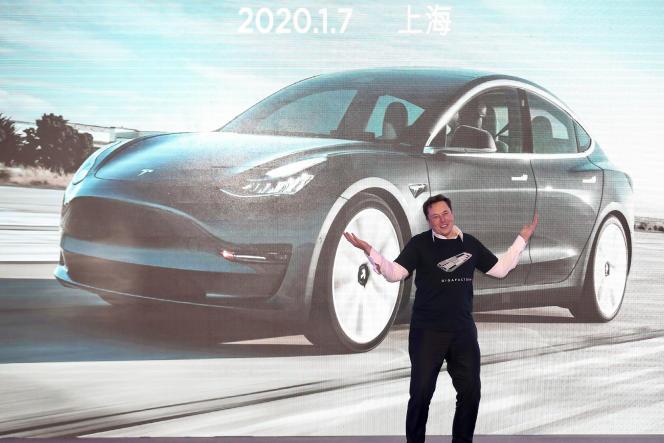 Elon Musk, le patron de Tesla, présente le 7 janvier, à Shanghaï, le Model 3 produit par le constructeur en Chine.