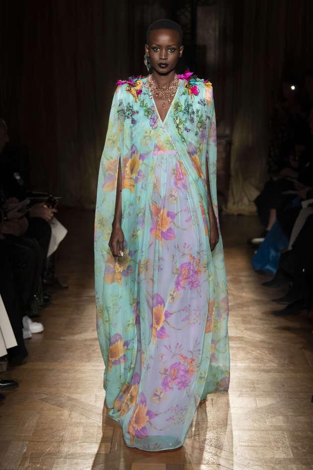 A Paris, la haute couture à fleurs de peau