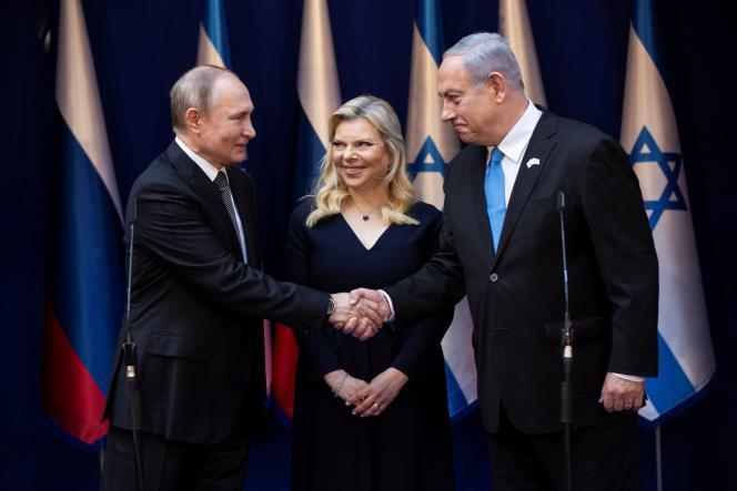 Le premier ministre israélien, Benyamin Nétanyahou, et son épouse, Sara, reçoivent le président russe, Vladimir Poutine, avant le Forum mondial de l'holocauste, le 23 janvier au mémorial de Yad Vashem.