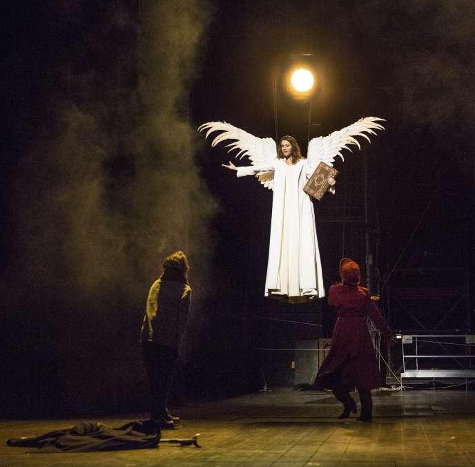 Clément Hervieu-Léger, Florence Viala et Gaël Kamilindi dans «Angels in America», de Tony Kushner, dans la mise en scène d'Arnaud Desplechin à la Comédie-Française, le 14 janvier.