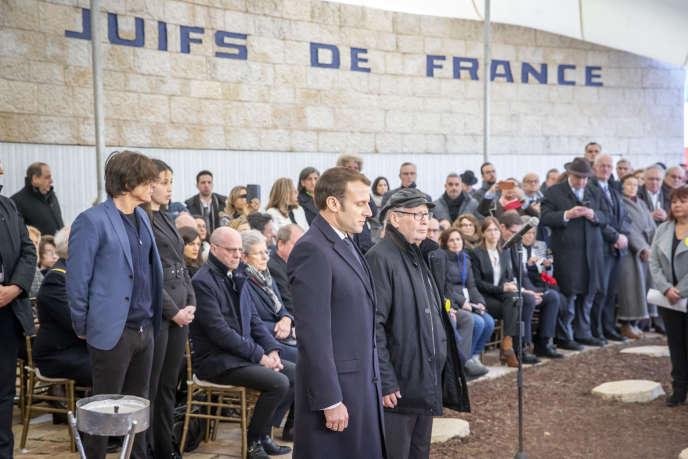 Emmanuel Macron et Serge Klarsfeld participent à une cérémonie au Mémorial de la Déportation des Juifs de France à Roglit, Neve Michael, Israël, jeudi 23 janvier.