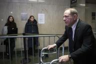 Des femmes regardent Harvey Weinstein quitter le tribunal à la fin du premier jour de son procès, le 22 janvier, à New York.