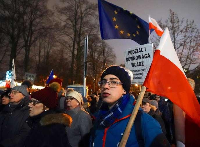 Manifestation devant le Parlement polonais contre l'adoption d'uneloi controversée destinée à punir les juges qui mettent en question les réformes judiciaires critiquées par Bruxelles et la Cour de justice de l'Union européenne.