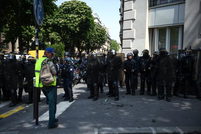 Un «gilet jaune» fait face à des officiers de police, à Paris, le 1er mai 2019.