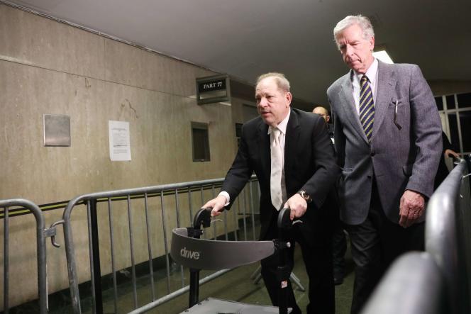 Harvey Weinstein quitte le tribunal de Manhattan avec un déambulateur, le23janvier2020.