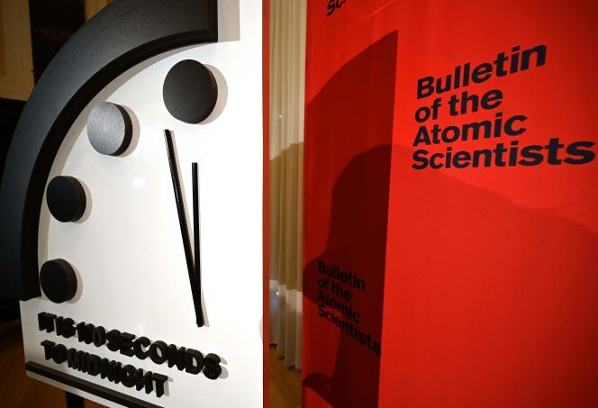 A sa création, après la seconde guerre mondiale, l'horloge indiquait minuit moinssept. En1991, à la fin de la guerre froide, elle avait reculé jusqu'à dix-sept minutes avant minuit. En 1953, ainsi qu'en2018 et2019, elle affichait minuit moins deux.