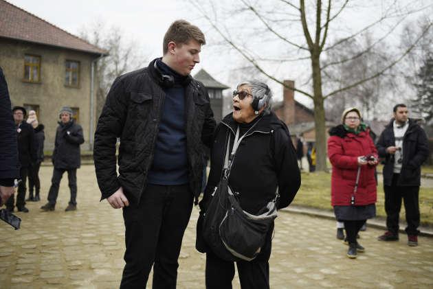 Léo Brachais apprend à Ginnete Kolinka, rescapée de Birkenau, que deux membres de sa famille ont été déportés, puis assassinés ici.