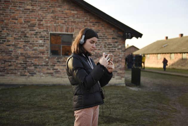 Juliette prend une photographie dans le camp de Birkenau, le 15janvier.