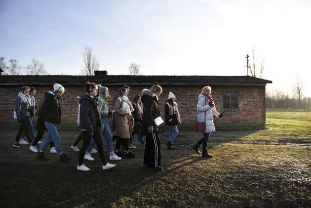 La classe de terminaleL au lycée Guillaume-le-Conquérant de Lillebonne (Seine-Maritime), pendant sa visite des baraquements des femmes, au camp de Birkenau, le 15janvier.