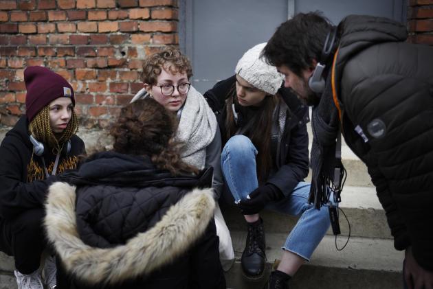 Après avoir visionné les nombreuses photos des déportés, Annaëlle craque et fond en larmes. Elle est réconfortée par ses amis et par son professeur, Damien Neveu.