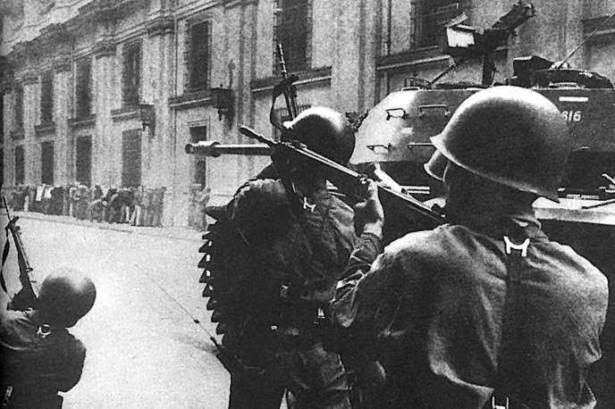 Le siège du palais de la Moneda lors du coup d'Etat militaire de Pinochet à Santiago du Chili, le 11 septembre 1973.