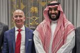 Le milliardaire américain Jeff Bezos et le prince héritier saoudien Mohammed Ben Salman, à Riyad, en novembre 2016.