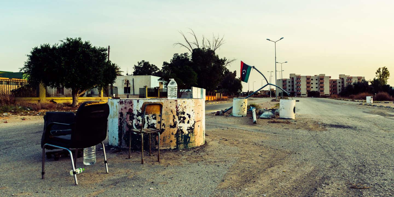 No man's land on the front line, in the Alazizia district. Despite the apparent calm, the area is not secured and drone attacks from the LNA are frequent. Since April, the Libyan National Army (LNA) led by Khalifa Haftar has been trying to take control of Tripoli defended by the UN-backed recognised Government of National Accord of Fayez el-Sarraj (GNA). According to UNSMIL, since the conflict began on 4 April 2019, more than 284 civilians have been killed and 363 have been wounded. More than128,000 people have fled their homes and more than 135,000 civilians remain in frontline areas and 270,000 people live in areas directly affected by conflict. Libya, Tripoli, December 2, 2019. No man's land sur la ligne de front, dans le district deAlazizia. Malgre le calme apparent, la zone n'est pas securisee et les attaques de drones de la part de la LNA sont nombreuses.Depuis Avril, l'armee nationale Libyenne (LNA) dirigee par Khalifa Haftar essaie de prendre le control de la capitale Tripoli defendue par les forces du gouvernement d'accord national de Fayez el-Sarraj, soutenu par l'onu (GAN). Selon la MANUL, depuis le début du conflit, le 4 avril 2019, plus de 284 civils ont ete tues, 363 blesses. Plus de128 000 personnes ont fui leurs foyers et plus de 135 000 civils se trouvent toujours dans les zones de la ligne de front et 270 000 personnes vivent dans des zones directement touchees par le conflit. Libye, Tripoli, 2 decembre 2019.