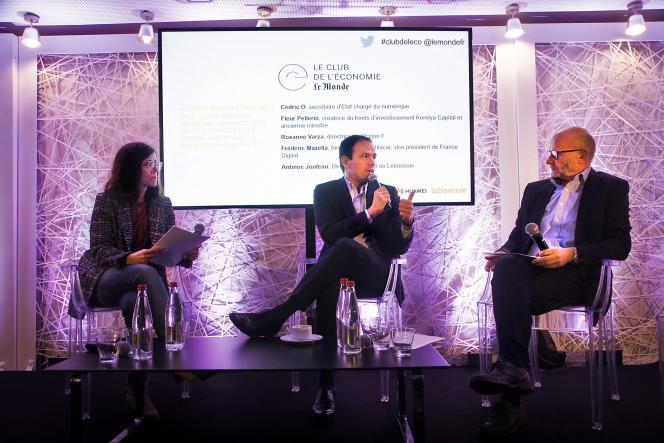 Le secrétaire d'Etat chargé du numérique, Cédric O, entouré de Sandrine Cassini et Philippe Escande, respectivement journaliste et éditorialiste économique au«Monde», à Paris, le 23 janvier.