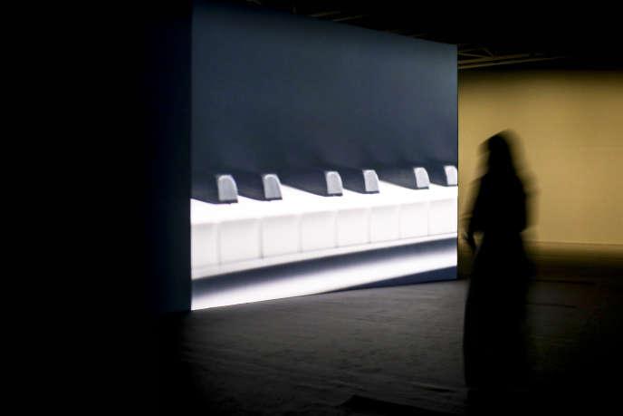 Vue de l'exposition d'Anri Sala «As You Go (Châteaux en Espagne)» au Centro Botin de Santander.