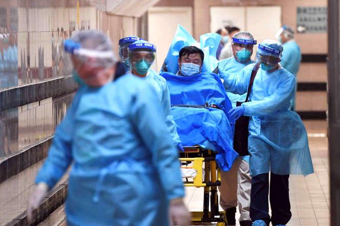 Un patient suspecté d'être contaminé par le coronavirus est transféré à l'hôpital Queen Elizabeth de Hongkong, le 22 janvier.