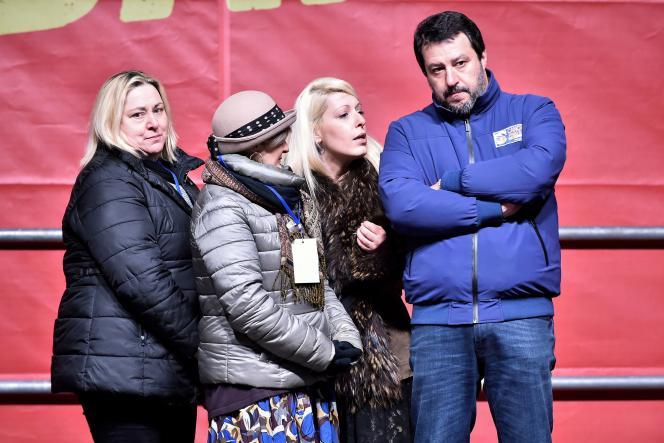 Des mères dont les enfants ont été placés en service d'accueil témoignent lors d'un meeting de Matteo Salvini, à Bibbiano, Italie, le 23 janvier.