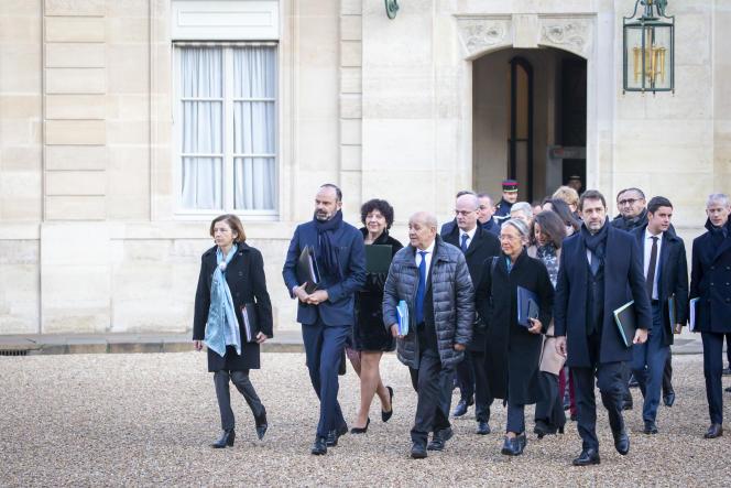 Edouard Philippe, premier ministre, et son gouvernement arrivent au premier conseil des ministres de l'année, à l'Elysée, le 6 janvier.