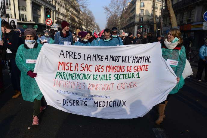 Lors de la manifestation contre la réforme des retraites,des personnels soignants dénoncent la «mise à mort de l'hôpital», à Paris, le 24janvier.
