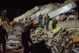 Des secouristes turcs travaillent sur les décombres d'un bâtiment après le séisme à Elazig, dans l'est de la Turquie, le 24 janvier.