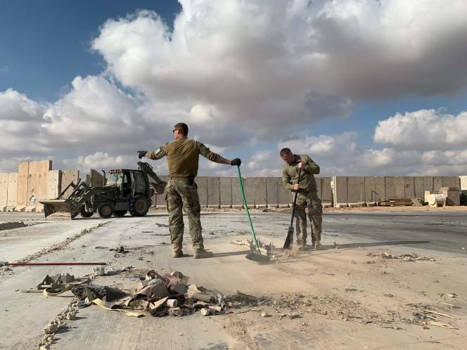 Des soldats américains nettoyant les débris causés par les tirs de missiles iraniens survenus quelques jours plus tôt sur la base aérienne d'Aïn Al-Assad, en Irak, le13janvier.